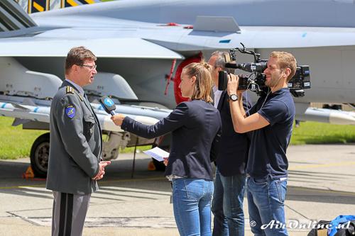 Commandant van de Zwitserse Luchtmacht; Lieutenant General Aldo C. Schellenberg wordt geinterviewd