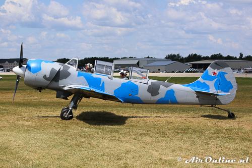 N343DC Yakovlev Yak-52TW is een exemplaar dat niet gemodificeerd is (Oshkosh 2013)