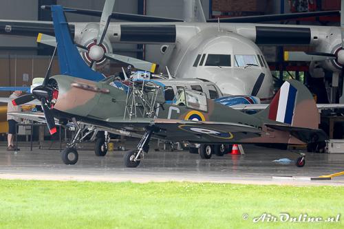 N699DP Yakovlev Yak-52TW staat klaar in de Catalinahangaar
