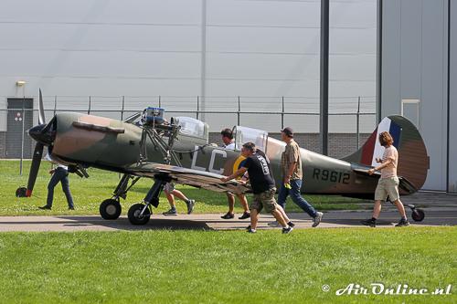 N699DP Yakovlev Yak-52TW wordt naar buiten geduwd