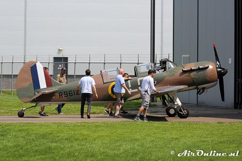 N699DP Yakovlev Yak-52TW wordt meteen na de vlucht weer naar binnen geduwd