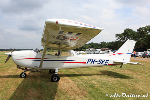 PH-SKE Cessna 172P Skyhawk II eenzaam aan de overkant geparkeerd