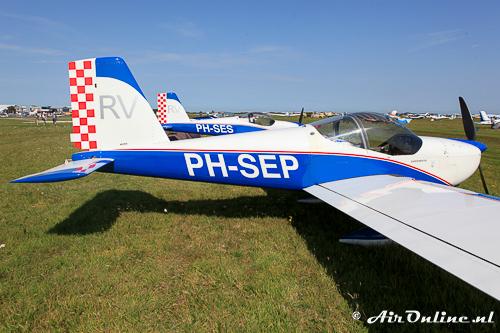 PH-SEP Vans RV-12 met daarachter de identieke PH-SES