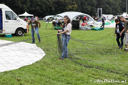 Traditionele gasballon met een los net om de ballon heen