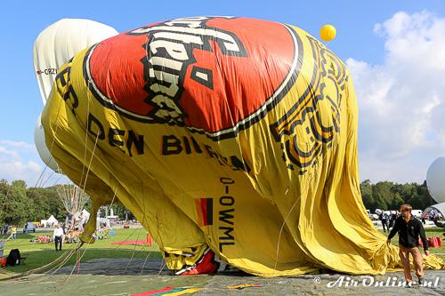 De half gevulde gasballon komt omhoog