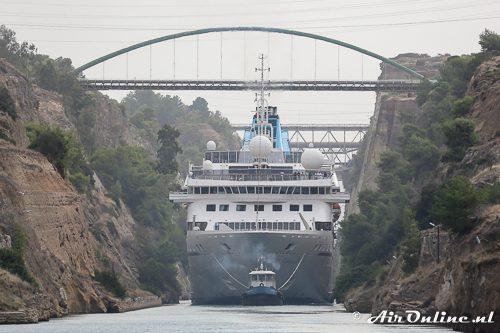 Langzaam nadert het cruiseschip