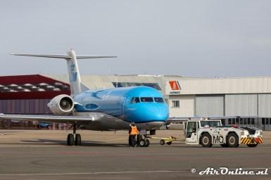 PH-KZS Fokker 70 KLM CityHopper wordt naar acheren geduwd voor zijn vlucht naar Norwich