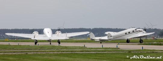 Uniek, twee taxiende Lockheed Electra Juniors