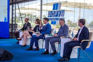 Forum à Marioupol avec l'adjoint au maire, M. Sergey ORLOV, Hermeline DELEPOUVE, le Maire M. Vadym BOICHENKO, le député d'Odessa et le député de Tchernomorsk
