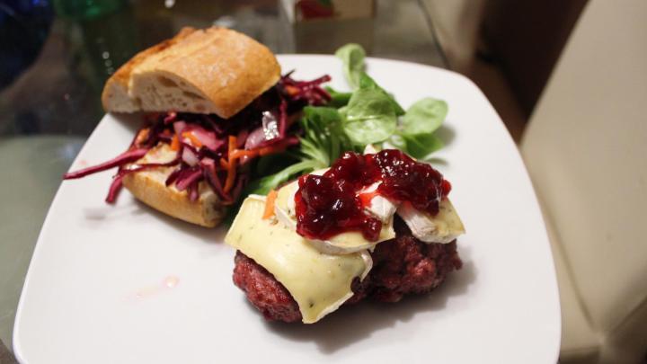 Wildschweinburger mit Camembert und Preiselbeeren