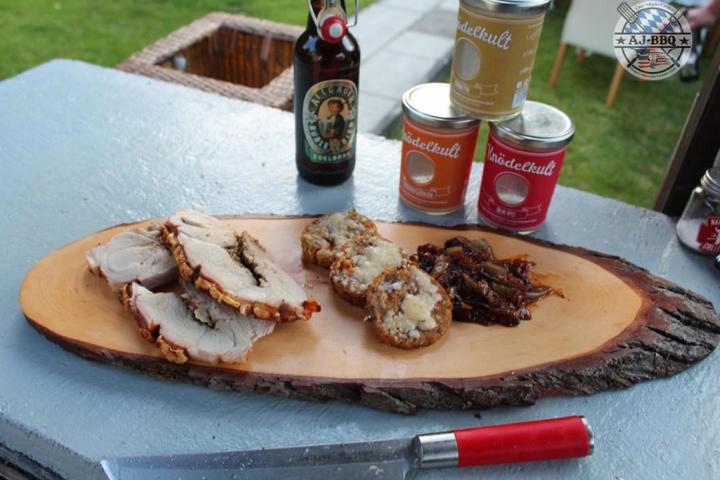 Spanferkelkeule mit Dutch Oven Mafiatopf und Parmesan-Semmelknödel-Taler