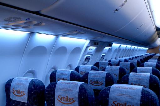 Luz azul dentro do avião