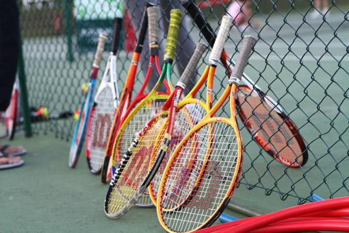 raquetes na quadra