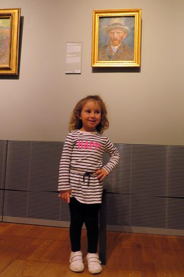 Gi em frente ao quadro do Van Gogh