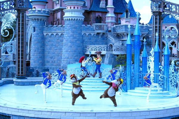 Disneyland Paris show em frente castelo de perto