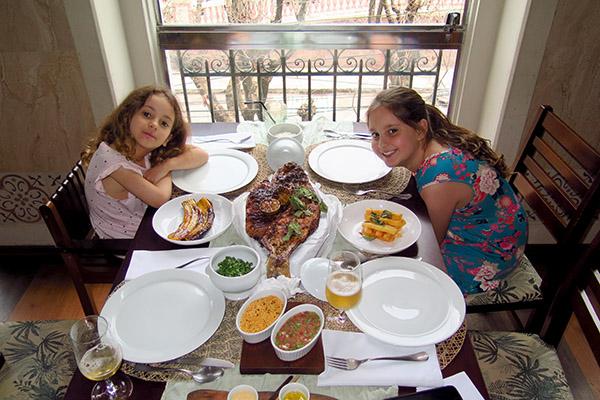 Meninas no restaurante Caxiri Manaus