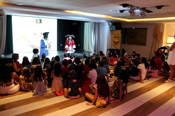 Meninas curtindo os shows do Club Med Lake Paradise