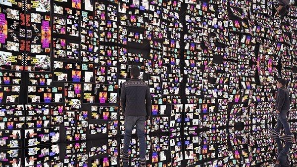 Instalação com dezenas telas de LCD | Foto: Divulgação