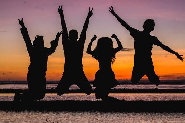 familia pulando na praia