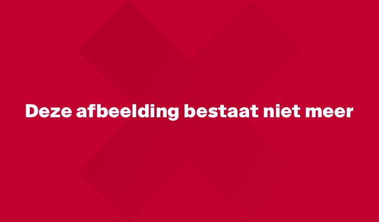 Liza van der Most feliciteert haar teamgenoot Van den Bighelaar.