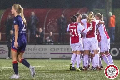 /26-01-2018: Voetbal: Vrouwen Ajax v vv Alkmaar: Amsterdam eredivisie vrouwen Sportpark de toekomst seizoen 2017-2018 L-R Ajax viert 2-0 van Linda Bakker of Ajax