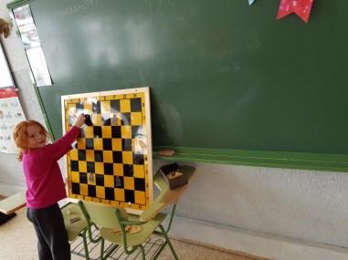 Jugando en el tablero mural