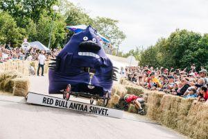 Runsaslukuinen yleisö nautti upeista mäkiautoista Red Bull Mäkiauto GPstä Tähtitorninmäellä
