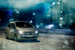 Varaudu mustaan jäähän autoillessa