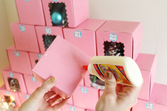 Make an advent calendar out of individual cupcake boxes! Fill with gifts or sweets for a fun daily present count down till Christmas! Free printable stickers. @ajoyfulriot