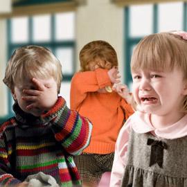 ينتهي بكاء الطفل بمشاركة الوالدين له في اليوم الدراسي الاول