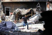 صورة مقاتلون معارضون يقتلون امام احد مساجد حلب في شمال سوريا