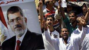 صورة الأزمة المصرية: أنصار مرسي يحتجون على المحافظين الجدد