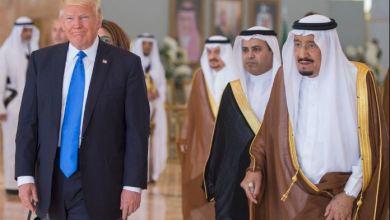 صورة العاهل السعودي: يرحب بالمشاركين في القمة العربية الإسلامية الأمريكية