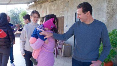 صورة بشار الأسد وعائلته يزورون عددا من جرحى الجيش في حمص