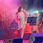 جمهور إليسا يحمل زهوراً وردية اللون بحفلة لها في بيروت
