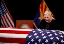 صورة بالصور ..الوداع الاخير يبكي زوجة ماكين فوق نعشه