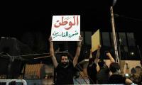 """الديوانية :قائد الشرطة يتدخل لفض احتكاك مع متظاهرين يرددون """"دستات حسينية"""" ضد الفساد"""