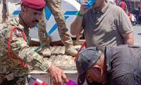القوات الأمنية في البصرة توفر المياه الباردة للمتظاهرين