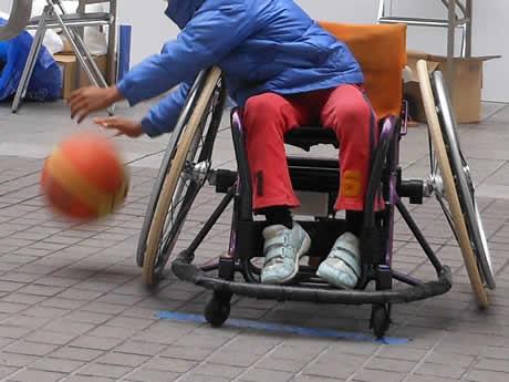 昨年イベントでやらせていただいた車椅子バスケ。ここで車椅子の操作を覚えて、おもしろかったらしい...。