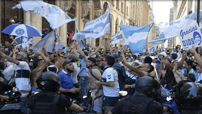 اوج گرفتن تنش بین مردم و پلیس در مراسم خاکسپاری اسطوره فوتبال جهان