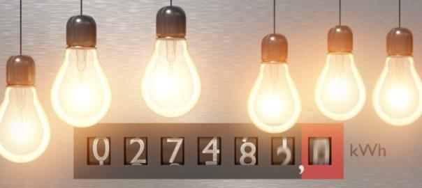 Leuchtende Glühbirnen vor Stromzähler zur Verdeutlichung Wattzahl bei Akkuschrauber