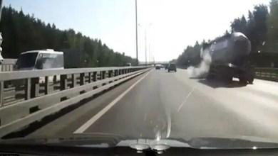 Photo of بالفيديو .. لحظة احتراق شاحنة وقود روسية بعد انفجار إطارها