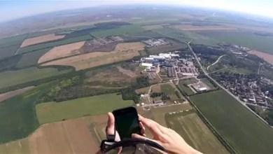 """Photo of بالفيديو .. مظلي صربي يحاول الإمساك بالـ """" بوكيمون """" في الجو !"""