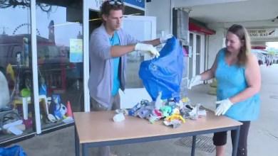 صورة هولندي يحول النفايات على الشواطئ إلى أعمال فنية ( فيديو )
