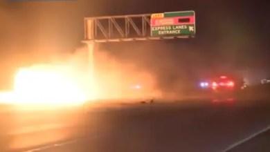 Photo of بالفيديو .. مصور تلفزيوني ينقذ رجلاً احترقت سيارته على الطريق
