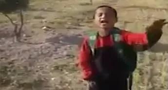 "Photo of "" شتائم شعرية "" لطفل سوري لاجئ في لبنان تثير استهجاناً واسعاً ( فيديو )"