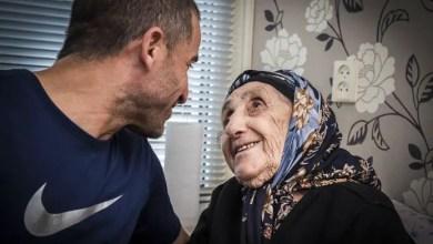 """Photo of بعد أن تجاوزت المئة من عمرها .. السورية """" خاتون """" تقفز فوق القوانين و تجتمع مع حفيدها كلاجئة في هولندا ( صور )"""