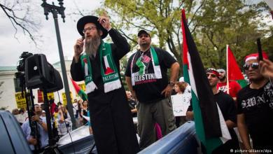 Photo of مسلمون و يهود يتظاهرون معاً أمام سفارة إسرائيل في واشنطن نصرة للقدس