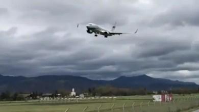 صورة بالفيديو .. عاصفة شديدة تتلاعب بطائرة في الهواء