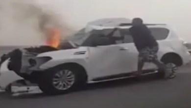 Photo of شرطي إماراتي ينقذ مواطناً حاصرته النيران داخل سيارته ( فيديو )